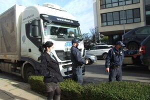 Pri nakladaní áut dokumentovali situáciu mestskí policajti, na mieste bola aj pracovníčka radnice.