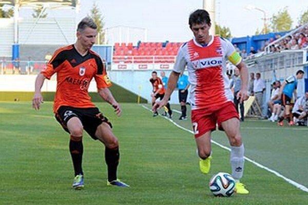 Vľavo Ružomberčan Boris Turčák, ktorý pečatil výsledok. Vpravo kapitán FC ViOn Martin Chren.