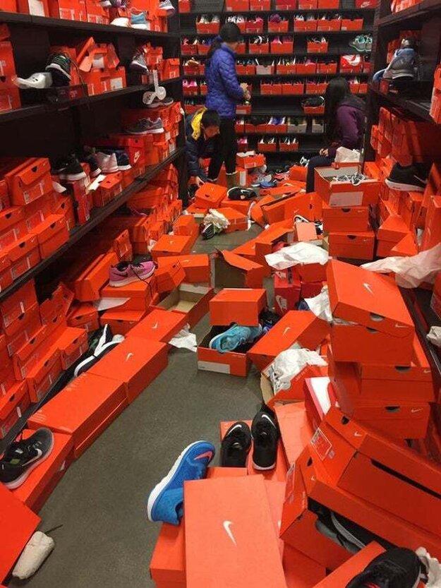 Predajňa topánok po Black Friday v meste Seattle.
