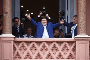 Maradona zdraví fanúšikov z balkóna po stretnutí s argentínskym prezidentom Albertom Fernándezom v Buines Aires 26. decembra 2019.