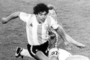 Na archívnej snímke z 13. júna 1982 Diego Maradona a Belgičan Guy Vandermissen počas otváracieho zápasu svetového šampionátu v Barcelone.