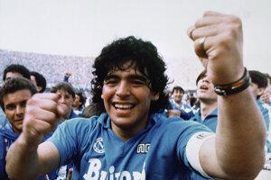 Na archívnej snímke z 10. mája 1987 Diego Maradona sa teší po tom, čo Neapol získal svoj prvý titul v talianskej Serie A v Neapole.