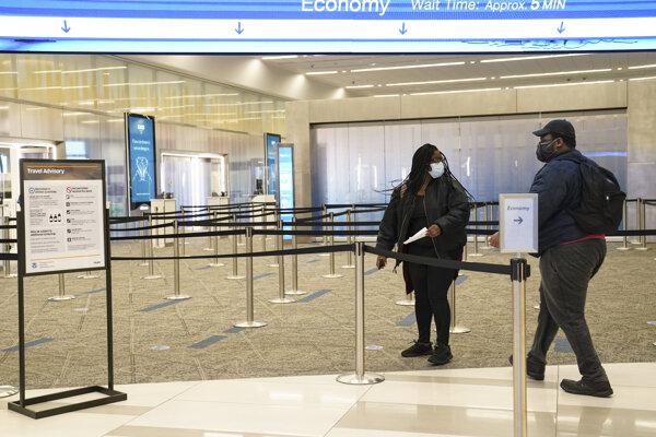 Osamelý cestujúci na termináli letiska LaGuardia v New Yorku.
