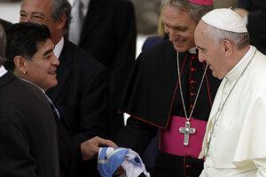 Diego Maradona a pápež František v roku 2014.