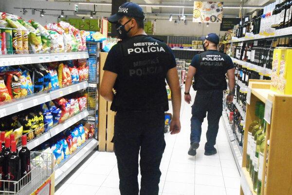 Mestskí policajti v Čadci pri kontrole dodržiavania opatrení
