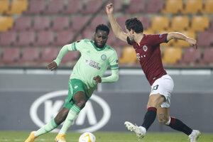 Dávid Hancko bráni Odsonn Edouarda v zápase Sparta - Celtic.