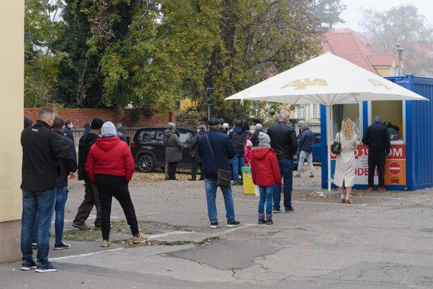 Ľudia čakajú v rade na mobilnom odberovom mieste v Nitre. Ilustračná fotografia.