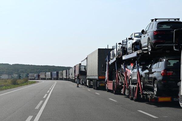 Kolóna kamiónov na vstupe zo Slovenska na colnú kontrolu na hraničnom priechode s Ukrajinou vo Vyšnom Nemeckom 14. septembra 2020.