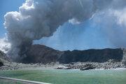 Na snímke z 9. decembra 2019 skupina turistov čaká na evakuáciu po erupcii sopky na ostrove White Island na Novom Zélande.