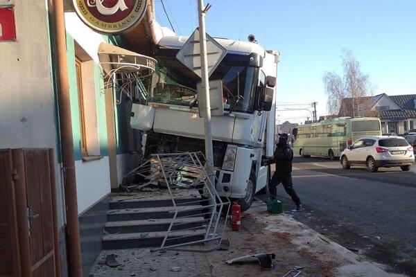 Nečakaná zastávka kamióna v centre Tvrdošína.