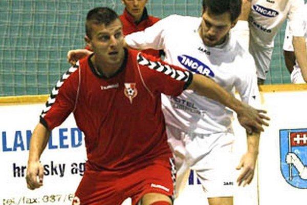 Michal Filo (v červenom) najnovšie strieľa góly za Trstice.