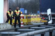 Nemeckí policajti hliadkujú na nemecko-rakúskej hranici 16. marca 2020 v nemeckom Kiefersfeldene.