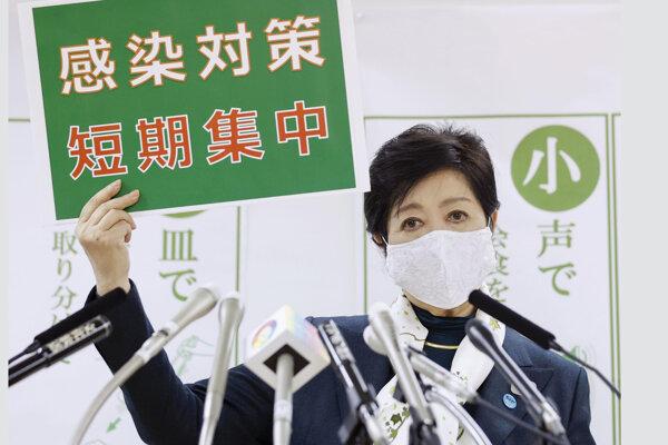 Guvernérka Tokia Juriko Koikeová s nápisom podporujúcim krátke a inzenzívne opatrenia proti šíreniu koronavírusu.