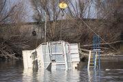 Kabína potopeného remorkéra počas vyťahovania mobilným žeriavom v bratislavskom nákladnom prístave vo Vlčom hrdle.