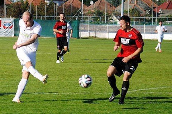 V Seredi takto otváral skóre Svorada, vpravo trnavský obranca Siva.