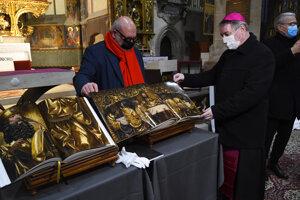 Bibliu ilustrovanú fotografiami prezerá vpravo Ján Kuboš diecézny administrátor Spišskej diecézy a uprostred autor fotografií Jan William Drnek.
