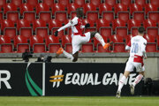 Hráč Slavie Praha Abdallah Sima sa raduje z gólu v Európskej lige.