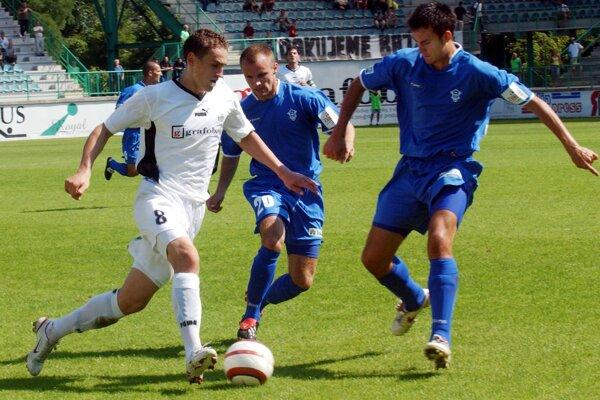 Michal Jonáš (vpravo) pri premiére v najvyššej slovneskej futbalovej súťaži v drese Dubnice nad Váhom.