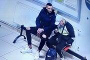 Dvaja muži sedeli v čakárni bez rúška. Útočil muž vľavo.