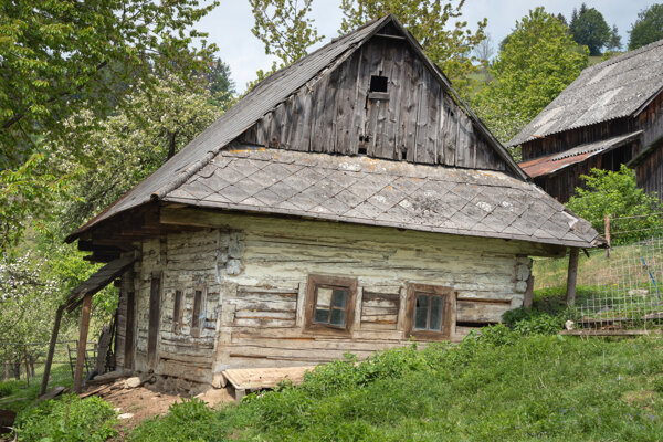 Drevenú kolibu premiestnili na Štoliansko.