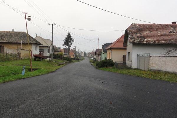 Cesta má nový asfaltový povrch, pohľad od obecného úradu.