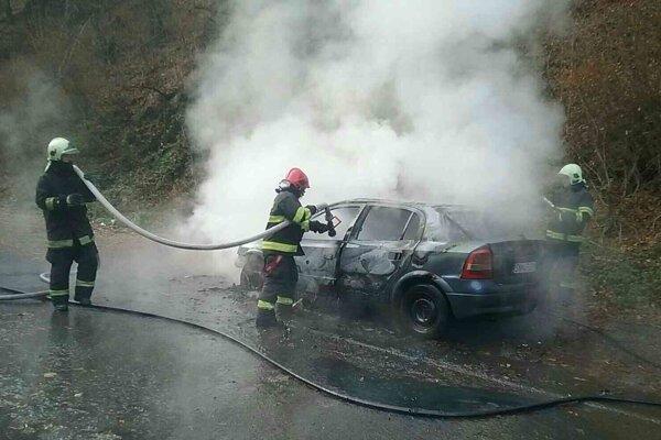 Likvidácia požiaru auta.