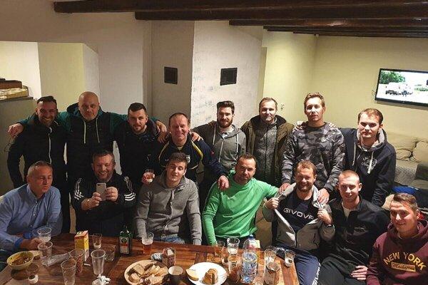 Mužstvo Bitarovej na spoločnej akcii. Peter Holec v hornom rade druhý zľava.