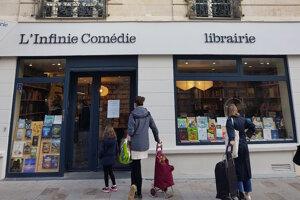 Do malých kníhkupectiev v Paríži si zákazníci chodia po knihy objednané cez internet.
