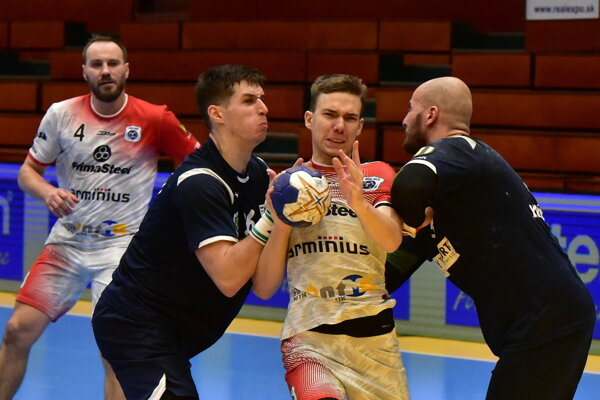V bielych dresoch Šaľania (vzadu) Mykola Melnyk a Daniel Magdolen.