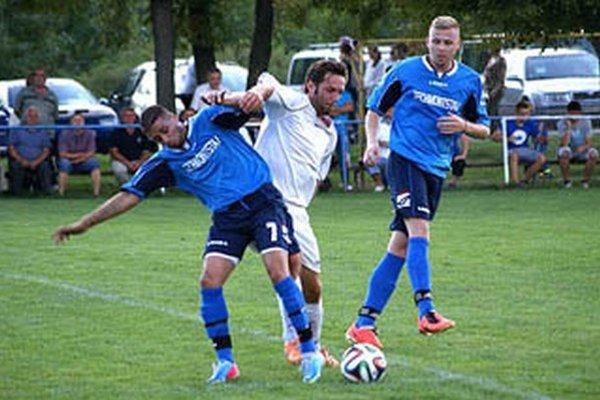 Veľké Zálužie (v modrom) stratilo prvé body po remíze 0:0 s Tovarníkmi.