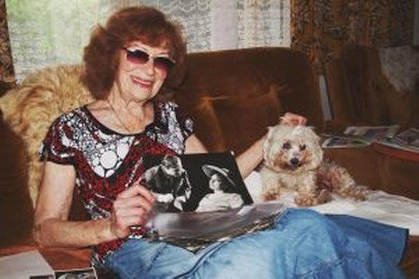 Hilda Augustovičová so svojimi fotografickými  spomienkami a miláčikom Baškou.