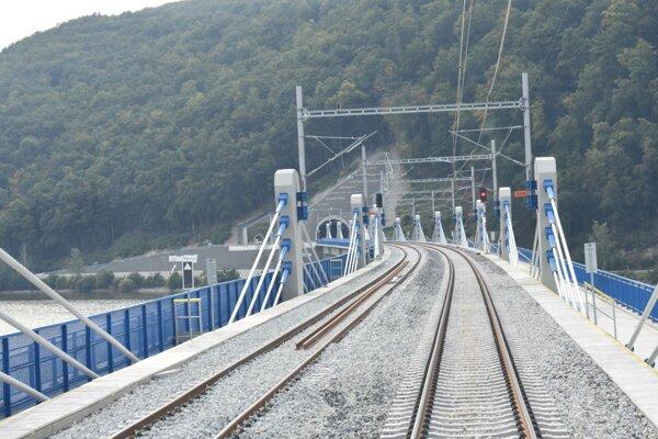Po viadukte už jazdia vlaky.