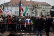 Protest pred Prezidentským palácom. V popredí vpravo Mazurek a Uhrík.