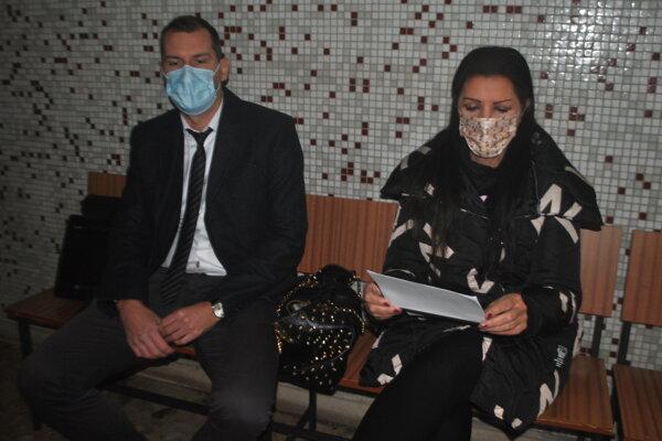 Nora Kabrheľová s obhajcom Igorom Milichovským pred začiatkom pojednávania.
