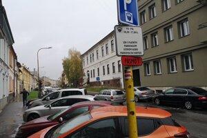 Parkovanie v červenom pásme.