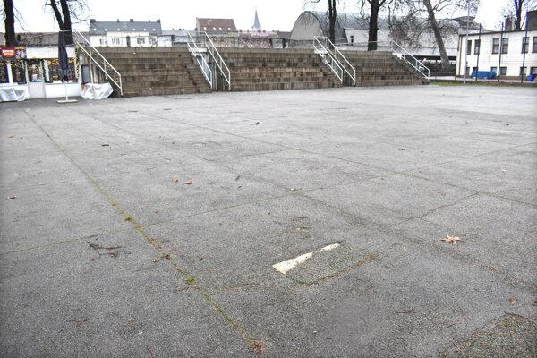 Asfaltové ihrisko v Mestskom parku sa využíva len málo, v zime sa tam stretnú korčuliari.