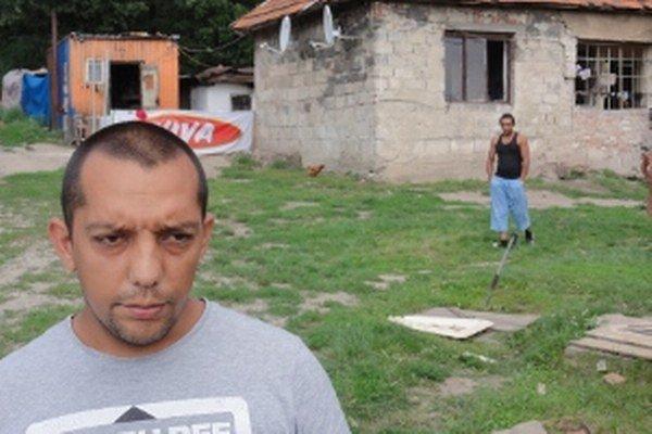 Matúš Kováč sa odmieta na dva mesiace izolovať od okolia, musí pravidelne dochádzať za svojimi dvoma deťmi, ktoré ležia so žltačkou v nemocnici.