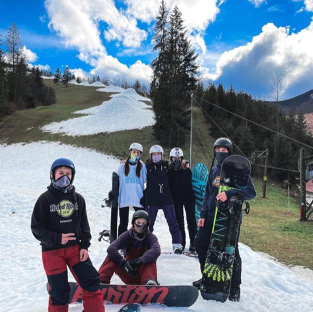 Okrem chlapcov sa chodia do Vrátnej snowboardovať aj dievčatá.