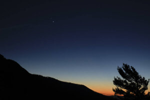 Dva jasné body v hornej časti záberu sú Saturn (hore) a Jupiter (dole). Záber približujúcich sa planét vznikol 13. decembra.