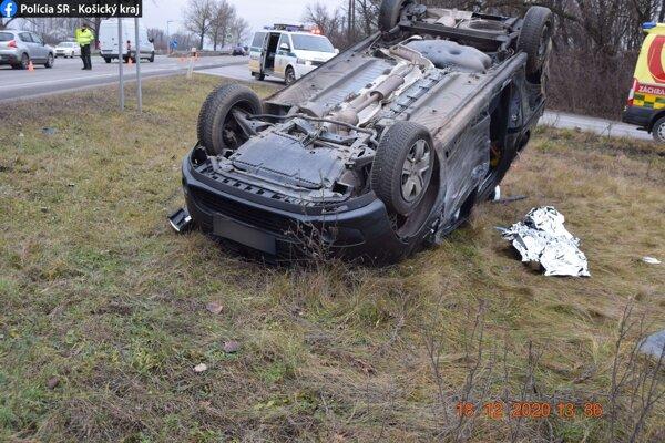 Dacia skončila po nehode na streche.