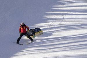 Rakúsku lyžiarku Nicole Schmidhoferovú odnášajú po páde počas zjazdu Svetového pohára vo francúzskom stredisku Val d'Isere.