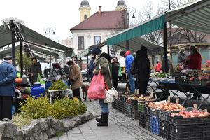 Nákupy na trhovisku na Dominikánskom námestí v Košiciach.