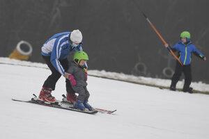 Na svahu je menej ľudí, ideálny čas naučiť najmenších lyžovať.