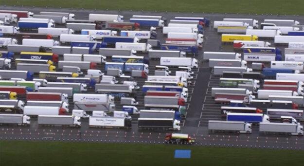 Odparkované kamióny pred prístavom v Doveri.