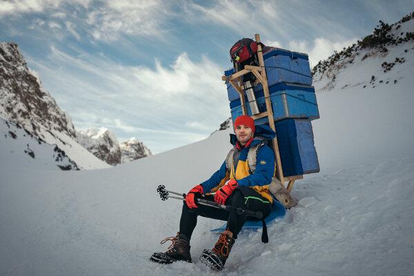 Pavol Garaj vynáša tovar na horskú chatu už 16 rokov.