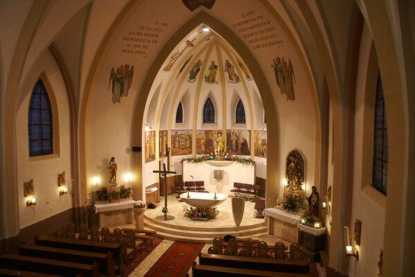 Interiér kostola v Zuberci. Verejné bohoslužby sú aktuálne pre pandémiu zakázané.