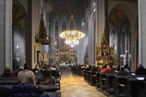 Polnočná vianočná svätá omša v Dóme sv. Alžbety v Košiciach. Omša sa konala za prísnych protipandemických opatrení.