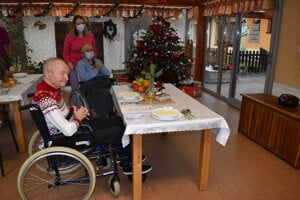 Pani Helena a pán Miroslav (74) sledujú pozdravy od príbuzných.