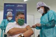 Infektológ Vladimír Krčméry ako prvý Slovák počas očkovania proti ochoreniu COVID-19 v Nitre.