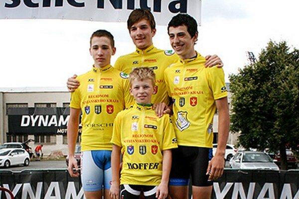 Marek Bugár (prvý zľava) z CK Dynamax zvíťazil v 1. etape a obliekol si žltý dres.